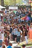 A multidão enorme move-se com o festival do corniso de Atlanta imagem de stock