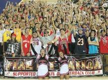 Multidão enorme no jogo de futebol que mantém os povos nos suportes turbulento Foto de Stock Royalty Free
