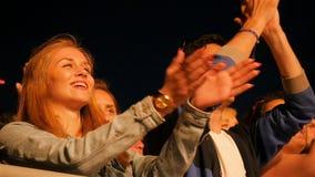A multidão espectadora alegre do close up do movimento lento aplaude as mãos filme
