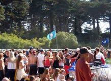 A multidão fala e pendura para fora entre atos da música Imagens de Stock
