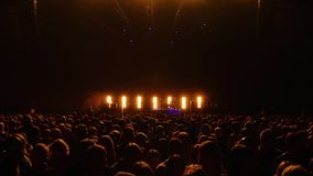 Multidão grande antes da fase em um concerto vivo filme