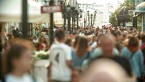 Multidão grande de povos que andam nas ruas - unfocused vídeos de arquivo