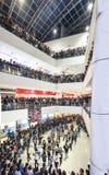 Multidão instantânea em um complexo de compra foto de stock royalty free