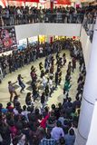 Multidão instantânea em um shopping foto de stock