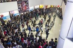 Multidão instantânea em um shopping imagem de stock royalty free