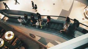Multidão levemente defocused de povos de passeio no centro recentemente aberto do shopping video estoque
