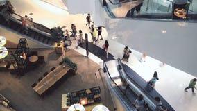 Multidão levemente defocused de povos de passeio no centro recentemente aberto do shopping vídeos de arquivo