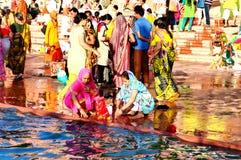 Multidão maciça no banco do rio do kshipra no grande mela do kumbh, Ujjain, Índia Imagens de Stock Royalty Free