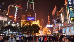 Multidão na estrada Shanghai de Nanjing Imagens de Stock