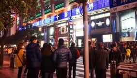 Multidão na estrada Shanghai de Nanjing Imagens de Stock Royalty Free