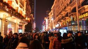 Multidão na estrada Shanghai de Nanjing Foto de Stock Royalty Free