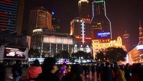 Multidão na estrada Shanghai de Nanjing Fotos de Stock