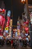 Multidão na rua de Dotonbori enchida com a luz de néon de incandescência em Osaka, Japão fotografia de stock royalty free