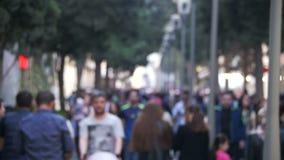 Multidão anônima de povos que andam na rua da cidade no borrão Movimento lento video estoque