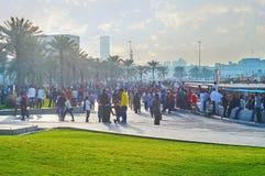 Multidão no passeio de Corniche, Doha, Catar Imagens de Stock