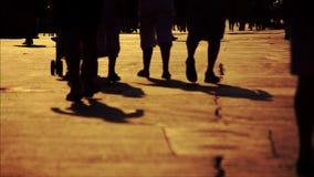 Multidão que anda na cidade filme