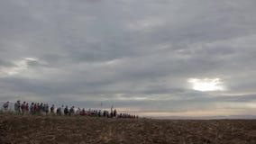 Multidão que anda no horizont através do campo video estoque