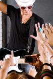 Multidão que cheering em seu ídolo da rocha Imagem de Stock Royalty Free