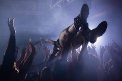 Multidão que surfa em um concerto imagens de stock