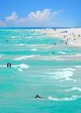 Multidão Vacationing na praia foto de stock