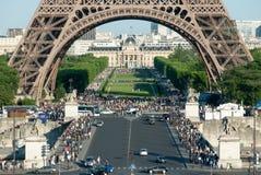 Multidões abaixo dos arcos da torre Eiffel imagens de stock royalty free