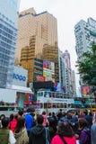 Multidões de estrada de cruzamento do ` s do rei dos povos em Hong Kong Fotografia de Stock