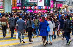 Multidões de estrada de cruzamento do ` s do rei dos povos em Hong Kong Imagem de Stock Royalty Free