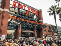 Multidões de povos que esperam para ir dentro do parque de AT&T fotografia de stock royalty free