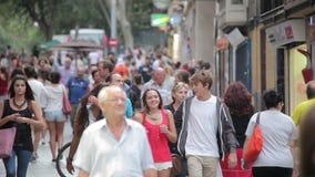Multidões de turistas que andam ao longo das ruas da cidade video estoque