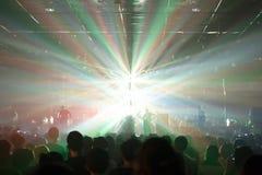 Multidões do concerto da música iluminadas das luzes da fase Fotos de Stock Royalty Free