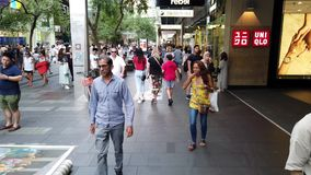 Multidões do hora do almoço em Pitt Street Mall, Sydney, Austrália vídeos de arquivo