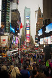 Multidões e tráfego do Times Square na noite Imagem de Stock Royalty Free