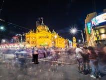 Multidões fora do estação de caminhos-de-ferro na noite Fotografia de Stock Royalty Free