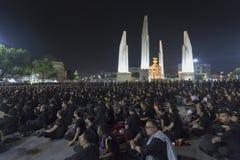Multidões maciças no monumento da democracia para o funeral do ` s do rei fotografia de stock