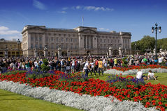 Multidões no Buckingham Palace Fotografia de Stock