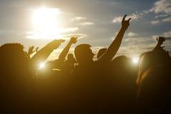 Multidões que apreciam-se, mãos acima imagens de stock