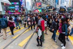 Multidões que cruzam a estrada do ` s do rei em Hong Kong Island Fotografia de Stock