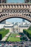 Multidões sob os arcos da torre Eiffel imagens de stock royalty free