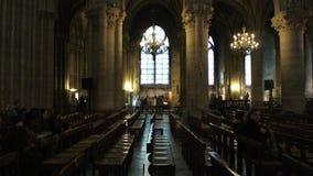 Multid?o de povos para dentro da catedral de Notre Dame de Paris vídeos de arquivo