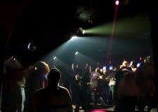 Multidão da dança do clube nocturno Fotos de Stock
