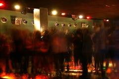 Multidão da dança do clube noturno no movimento Imagens de Stock
