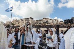 Multidão de adoradores judaicos em vestir branco Foto de Stock
