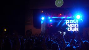 Multidão de fãs que cheering no festival vivo do ar livre video estoque