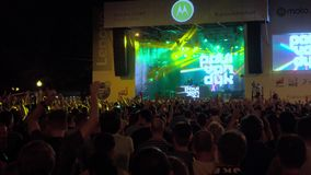 Multidão de fãs que cheering no festival vivo do ar livre vídeos de arquivo