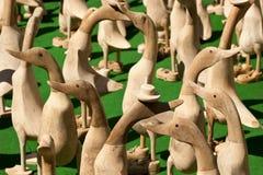 Multidão de ornamento de madeira do pato Fotos de Stock Royalty Free