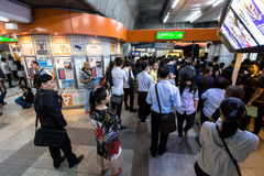 Multidão de povos nas horas de ponta no estação de caminhos-de-ferro do BTS Mo Chit Imagens de Stock Royalty Free
