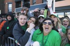 Multidão entusiástica, parada do dia de St Patrick, 2014, Boston sul, Massachusetts, EUA Fotos de Stock