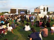 Multidão grande na fase de sons da liberdade no por do sol Fotos de Stock