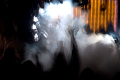 Multidão nevoenta da dança Fotografia de Stock Royalty Free
