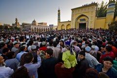 A multidão presta atenção a dançarinos muçulmanos na celebração Imagem de Stock
